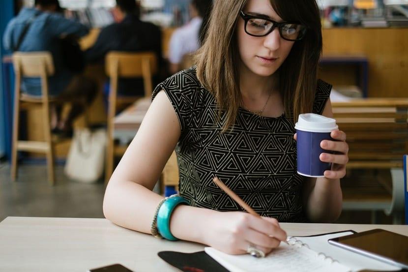 chica estudiando en biblioteca