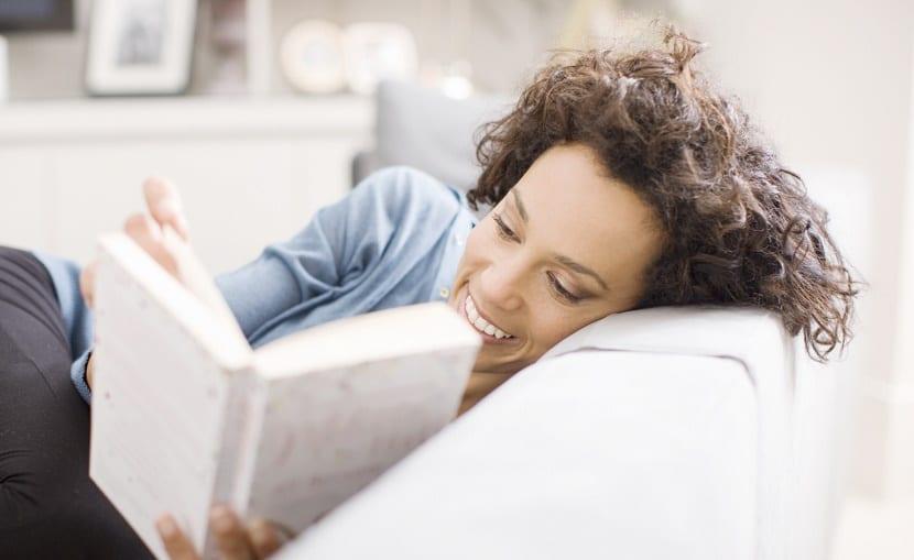 MUJER LEYENDO un libro en casa