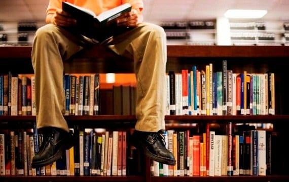 Estudia en la biblioteca para preparar los exámenes de septiembre