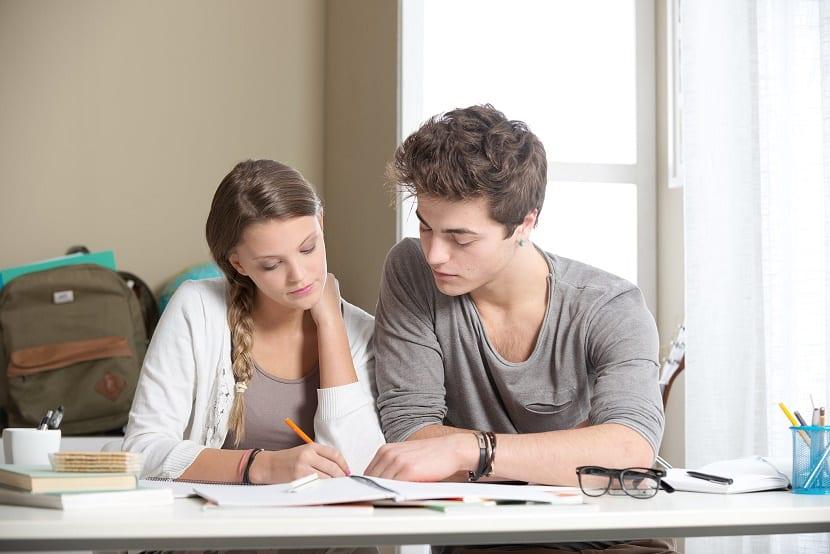 Chicos estudiando un resumen