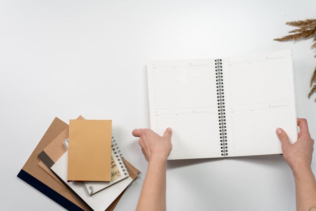 Puedes hacer la agenda con un cuaderno