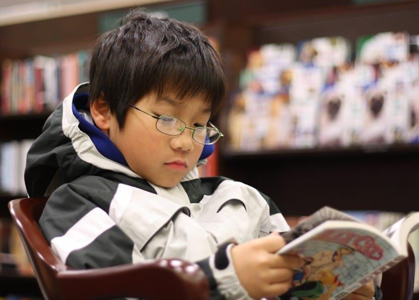 lectura adolescente chico