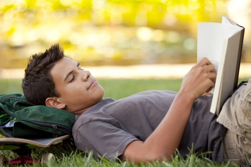 lectura adolescente sentado