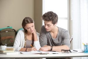 pareja estudiando