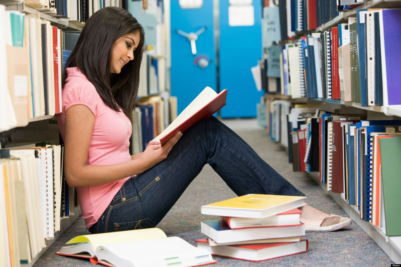 Alumna secundaria respetando la biblioteca