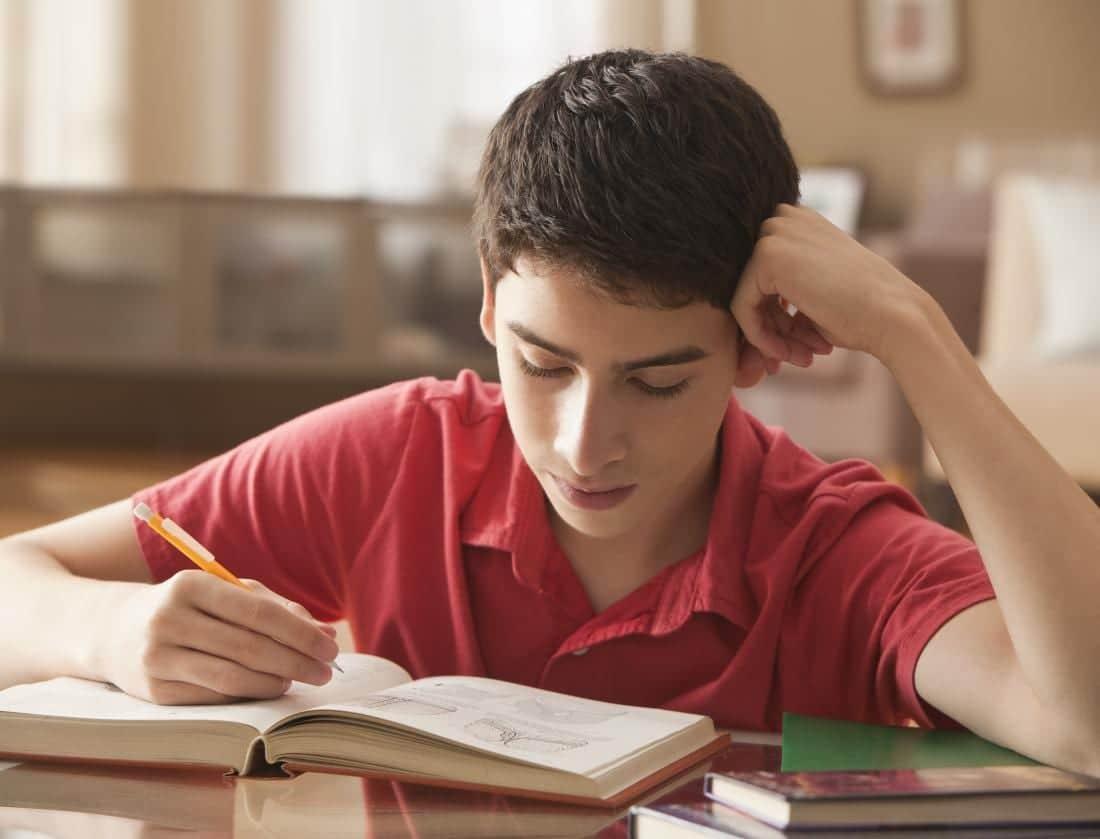 Alumno de secundaria haciendo los deberes