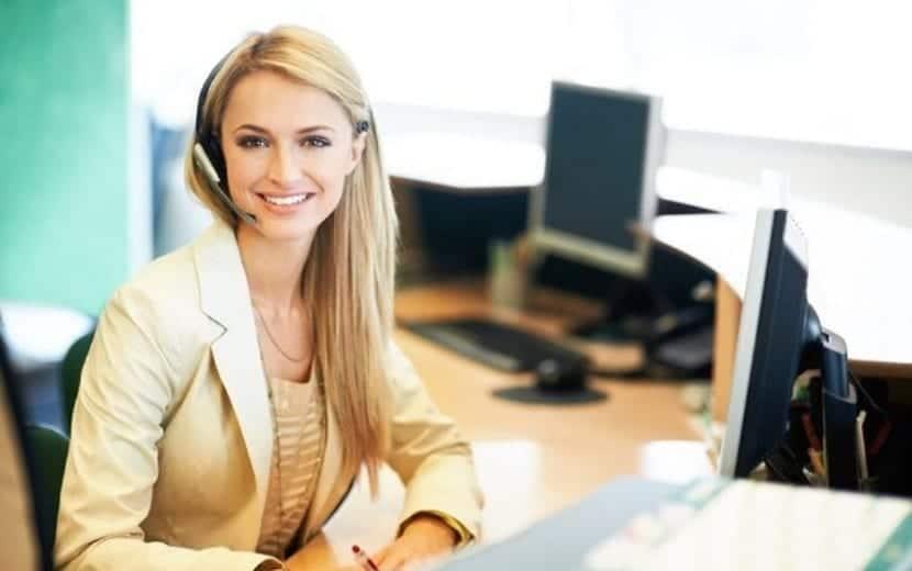 Trabajadora cumpliendo las funciones de un administrativo
