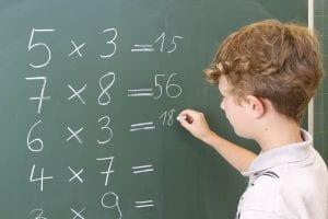 nene aprendiendo tablas de multiplicar