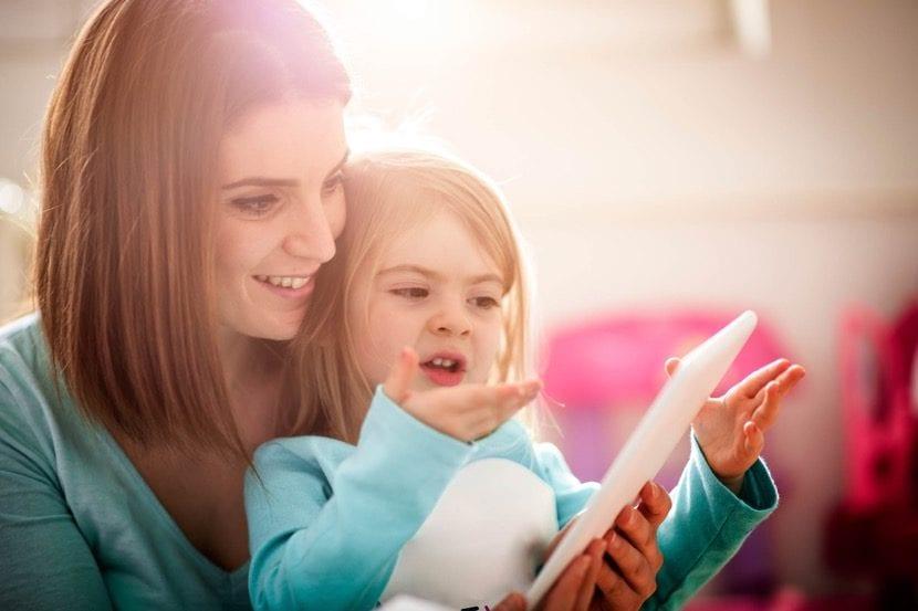 Nena con TGD con su madre