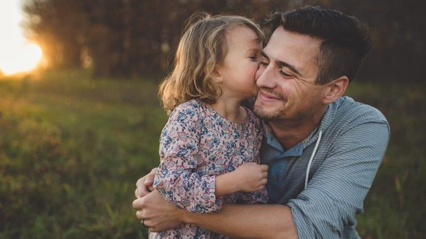 Padre potenciando inteligencia de su hijo