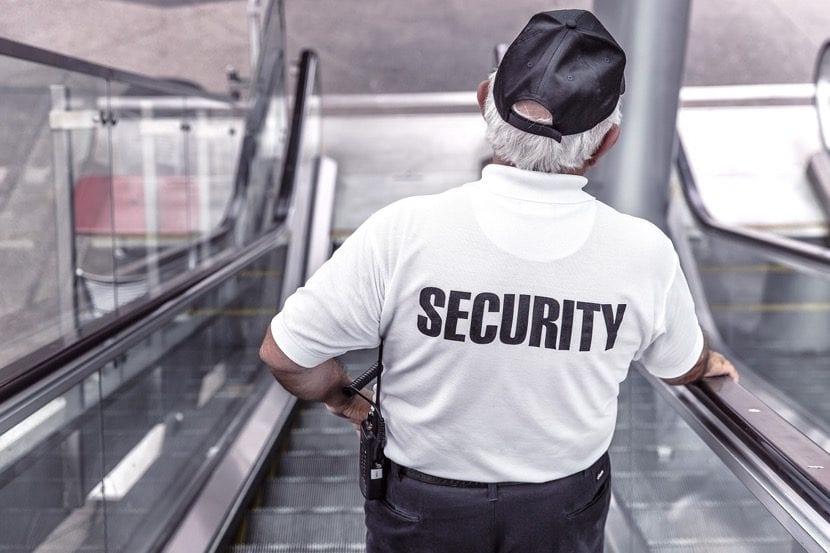 vigilante de seguridad en centro comercial