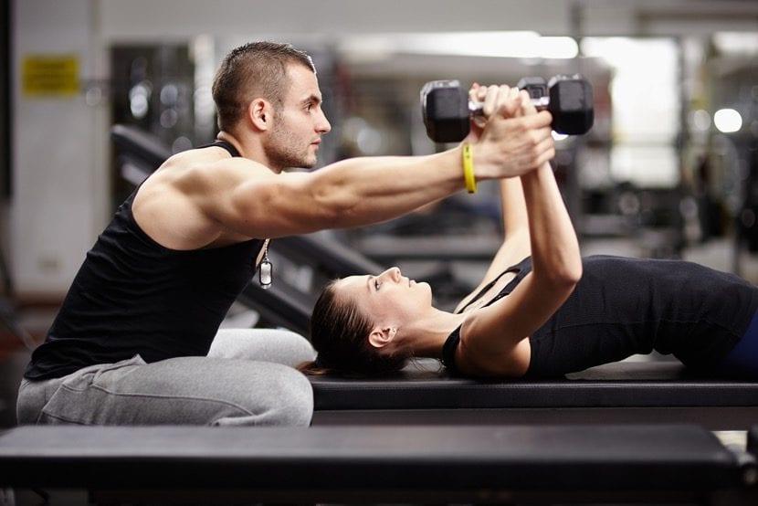 entrenador personal con pesas