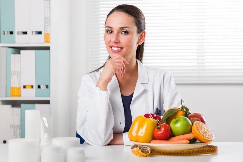 chica nutricionista en su consulta privada