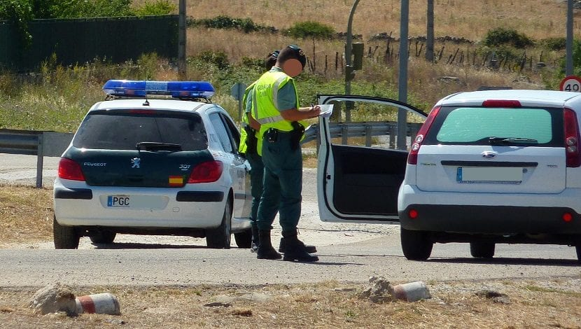 Guardia civil haciendo un control