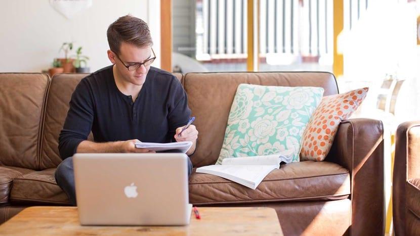 chico estudiando online