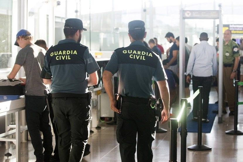 guardia civiles en su puesto de trabajo