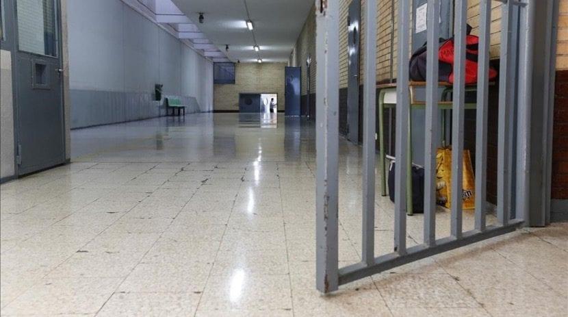 puerta que se abre en centro penitenciario