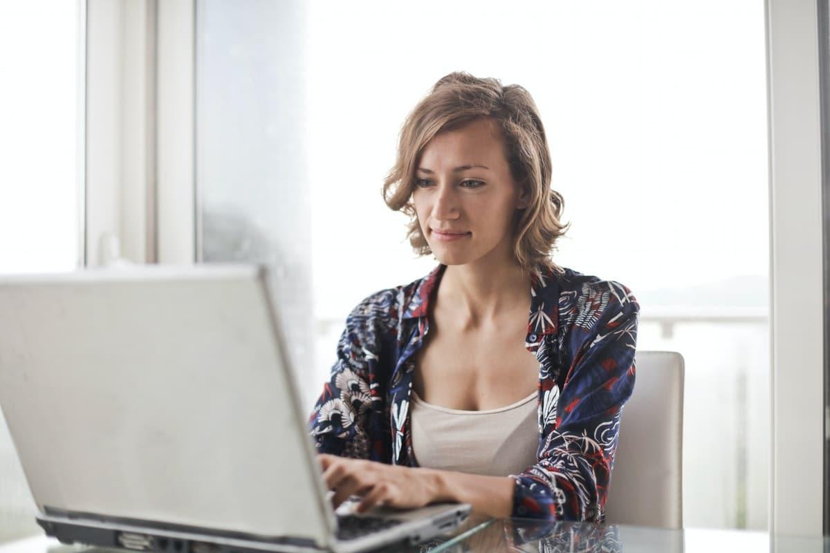 ¿Cuál es la diferencia entre asistente social y trabajadora social?